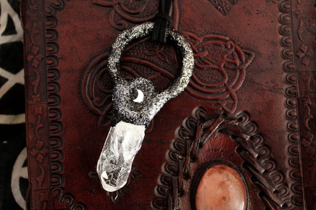 Collier avec cristal de roche et demi-Lune